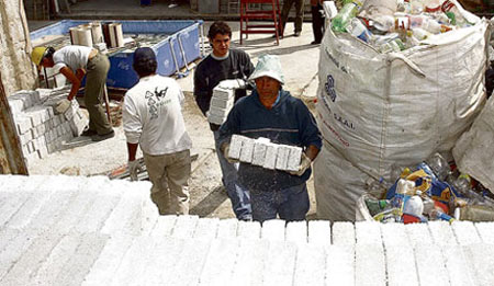 Ladrillos de plástico CEVE-Foto: Irma Montiel