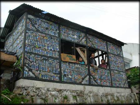 Pura Vida-Construcción con botellas de plástico