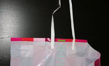 grembiulino de biancifiorerecycling-delantal con bolsas de plástico