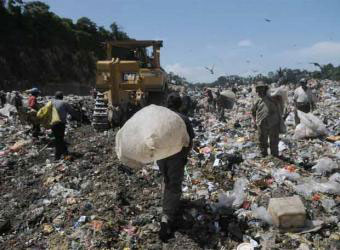 Mueren 4 personas tras el derrumbe de una montaña de basura en Guatemala. Noticia de EL PAIS. Jul 2008
