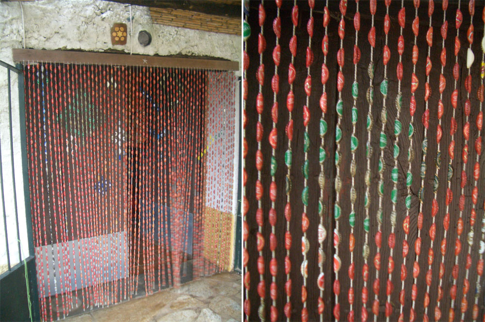 Basurillas blog archive cortina con chapas de botellas for Puertas de material reciclado