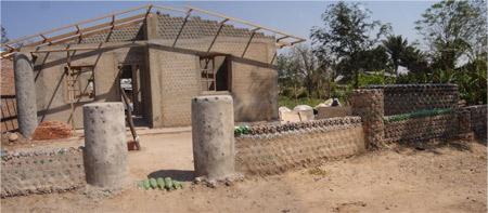 Casa construida con botellas - Ingrid Vaca Diez - Bolivia
