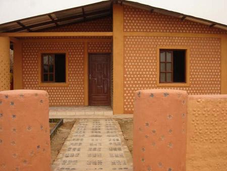 Primera casa hecha con botellas en Bolivia- Ingrid Vaca Diez