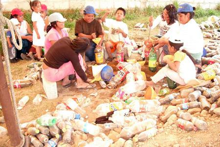 Trabajando para construir una casa con botellas - Mexico - Foto de Mario A. Tapia
