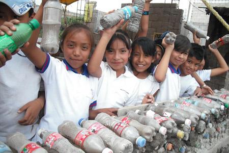 Estudiantes ayudan a construir la casa con botellas en México - Foto de Mario A. Tapia