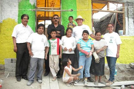 Casa hecha con botellas para una familia pobre en México - Proyecto social - Ingrid Vaca Diez - Mario A. Tapia Retana