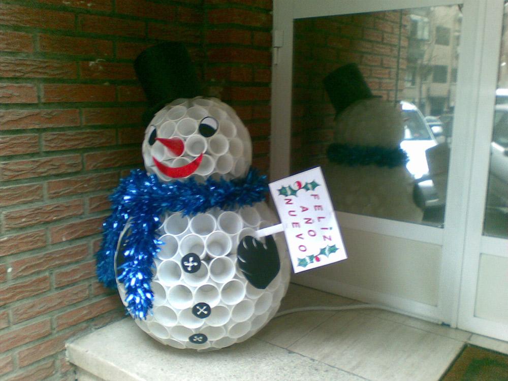Muñeco de nieve hecho de vasos de plástico.
