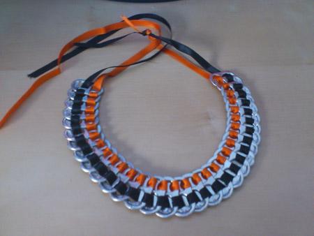 Basurillas » Blog Archive » Cómo hacer un collar con anillas de latas.