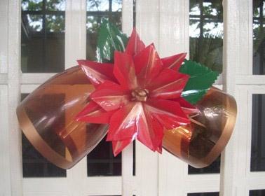 Adorno navideño campans y flor hecho con plástico pet - Maria Zambrano