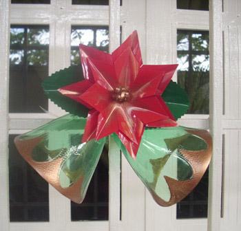 Adorno navideño campanas hecho con plástico pet de botellas - Maria Zambrano