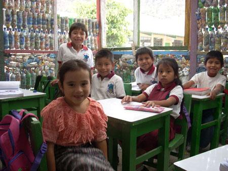 Pura Vida Atitlán - Construcción de viviendas con botellas de plástico
