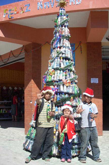 Pura Vida Atitlán - Construcción de viviendas con botellas de plástico.