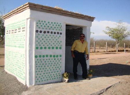 Casa pet con techo verde reciclando botellas - Mario Alberto Tapia