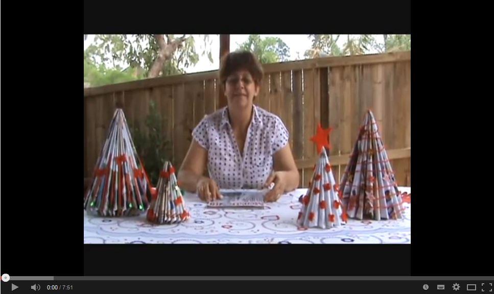 Árbol de navidad hecho con revistas - Golden Carers channel