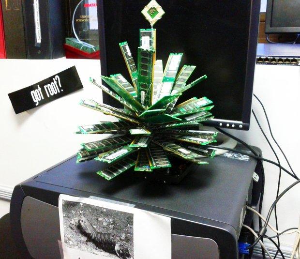 Árbol de navidad hecho con componentes informáticos - Amazing IT Geek Christmas Tree - geeksaresexy.net
