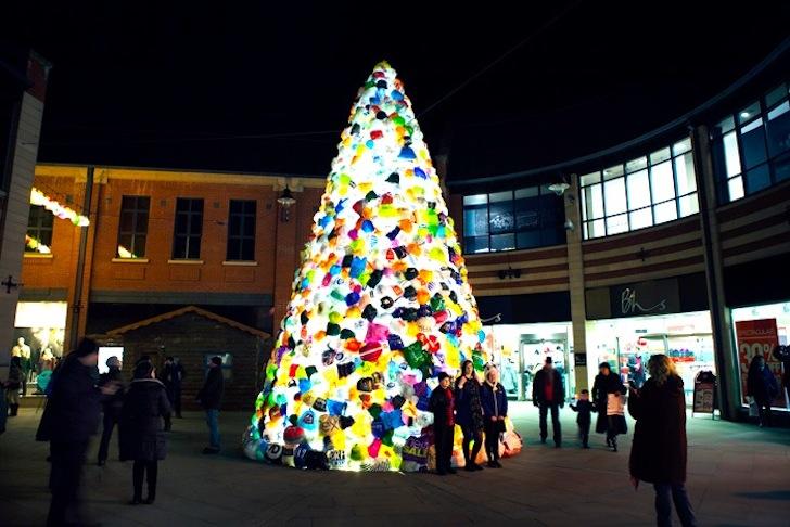 Árbol de navidad realizado con bolsas de plástico -  Luzinterruptus