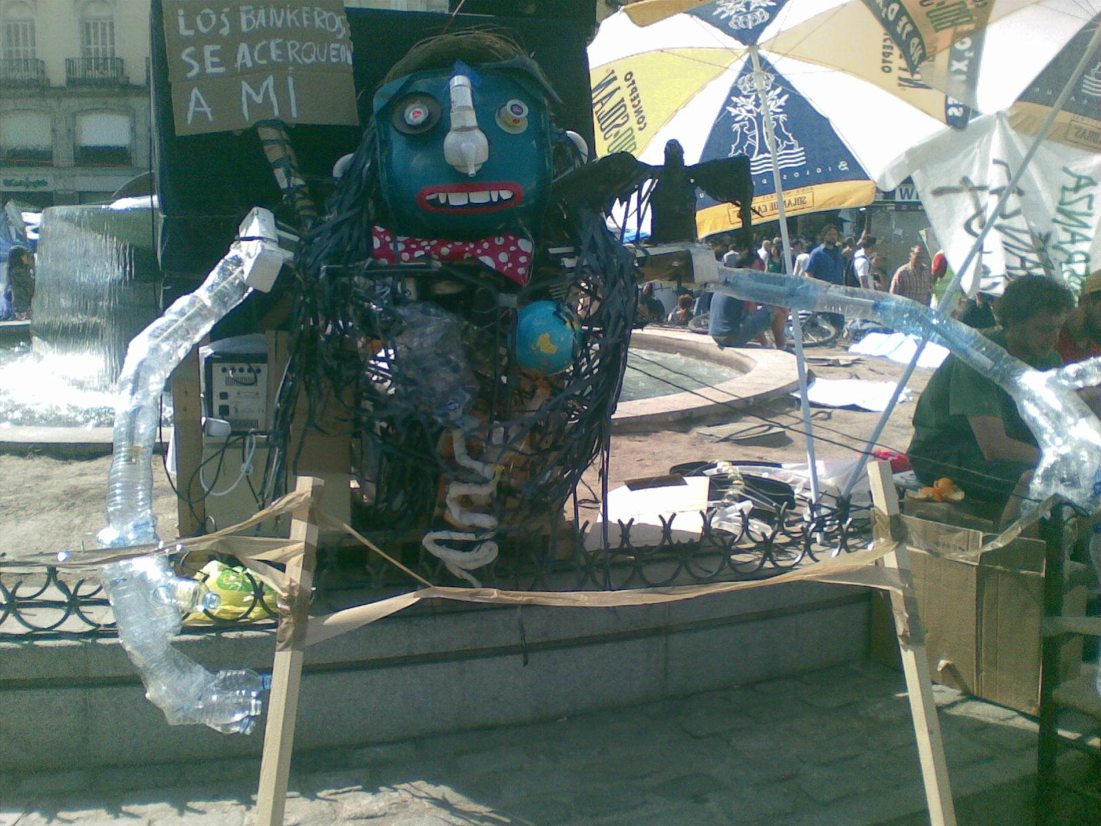 Escultura hecha de basura  - Campamento 15M Puerta del Sol.
