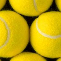 Se ofrecen pelotas de tenis para reciclar.