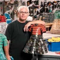 Esculturas de vestidos hechos con tejas